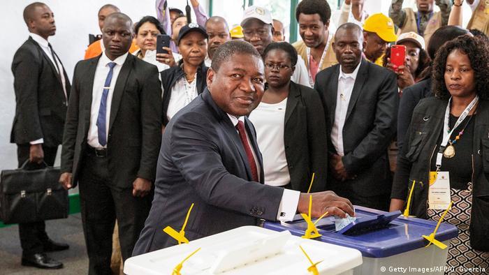 Los mozambiqueños votan este martes en unas elecciones presidenciales, legislativas y provinciales que se celebran en un clima tenso por la crisis económica y los conflictos armados. En la foto, el presidente de Mozambique, Felipe Nyusi, votando en una escuela de Maputo. (15.10.2019).