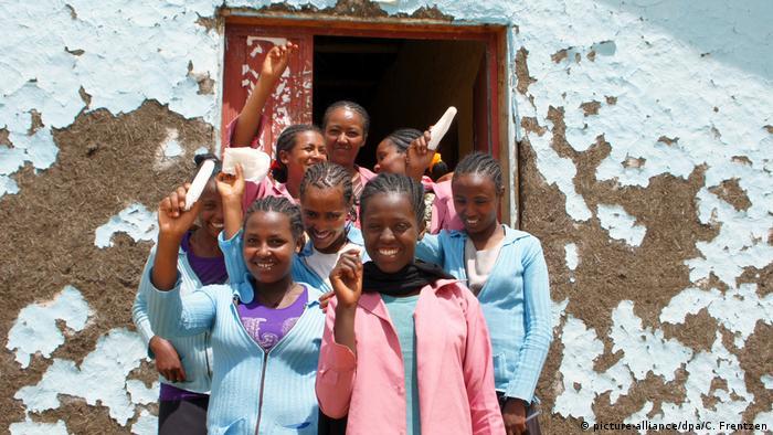 Symbolbild: Menstruations-Tabu in afrikanischen Ländern (picture-alliance/dpa/C. Frentzen)