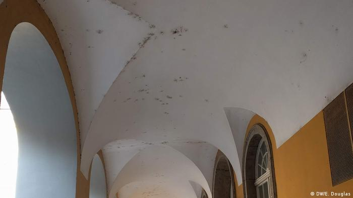 Cracks and mold visible in a ceiling in the courtyard of the University of Bonn(DW/E. Douglas)