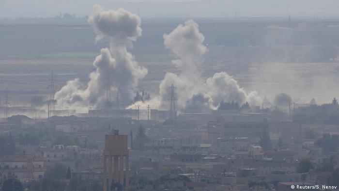 Türkei/Syrien: Ceylanpinar - Rauch über syrische Stadt Ras al-Ain