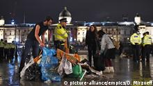 Protesters gather their belongings as police work to remove the last of the Extinction Rebellion demonstration in Trafalgar Square (picture-alliance/empics/D. Mirzoeff)