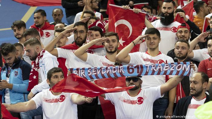 هواداران تیم ملی فوتبال ترکیه در بازی با فرانسه
