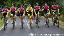 ROT // Das erflogreiche Team Ineos mit v.l.n.r. Michal Kwiatkowski (Polen / Team Ineos) - Gianni Moscon (Italien / Team Ineos) - Jonathan Castroviejo (Spanien / Team Ineos) - Gesamtsieger im Gelben Trikot Egan Arley Bernal Gomez (Kolumbien / Team Ineos) - Geraint Thomas (Grossbritannien / Team Ineos) - Wout Poels (Niederlande / Team Ineos) und Dylan van Baarle (Niederlande / Team Ineos) - 21. Etappe Rambouillet - Paris / Champs-Elysees - Tour de France 2019 - TourDeFrance - Tour de France - TdF -  
