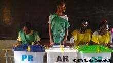 1. Titel: People are voting in Mozambican general election, in Inhambane, Mozambique 2. Bildbeschreibung: People are voting in Mozambican general election, in Inhambane, Mozambique 3. Wann wurde das Bild gemacht: 15.10.2019 4. Wo wurde das Bild aufgenommen: Inhambane, Mosambik 5. Autor: Luciano da Conceição (L. da Conceição) 6. Schlagwörte: Elections, Mosambik, Wahlen, RENAMO, MDM, FRELIMO, AMUSI Zulieferung durch Nuno de Noronha