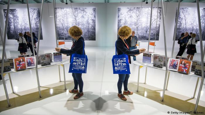 woman browsing at Frankfurt Book Fair 2019 | Gastland Norwegen