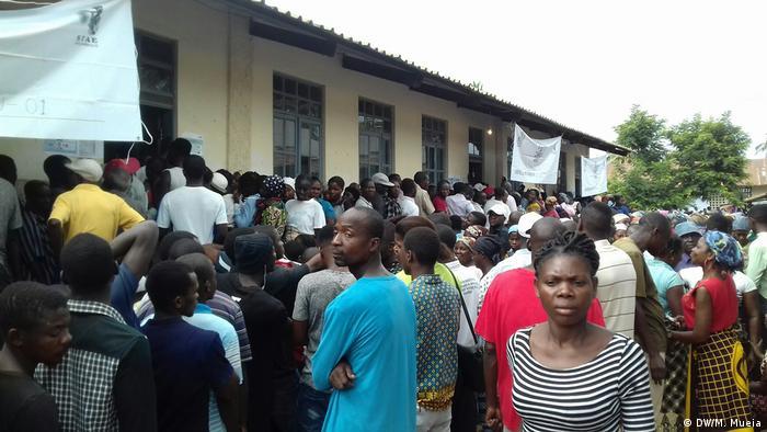 Filas para a votação no bairro de Coalane, em Quelimane