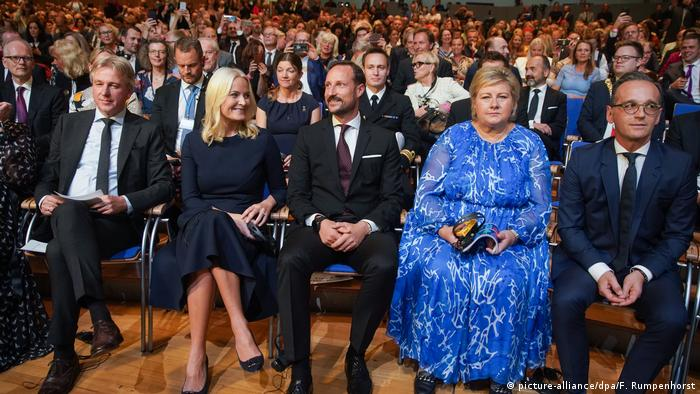 Guests dressed elegantly sit in a large hall (picture-alliance/dpa/F. Rumpenhorst)