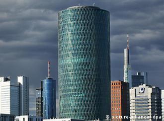 Dunkle Wolken stehen über den Hochhäusern von Banken, Büros und Konzernzentralen in Frankfurt am Main am 20.07.2008. Im Vordergrund ist der runde Westhafen Tower, ein modernes Bürogebäude, zu sehen. Als dunkel schätzen viele Fachleute auch die Aussichten für Immobilienpreise und Anlagen in Immobilien ein. Nur die besten Objekte in den besten Lagen werden demnach langfristig gefragt sein. Foto: Wolfram Steinberg +++(c) dpa - Report+++