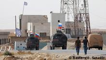 Russische und syrische Nationalflaggen auf Militärfahrzeugen in der Nähe von Manbij Russische und syrische Nationalflaggen auf Militärfahrzeugen in der Nähe von Manbij