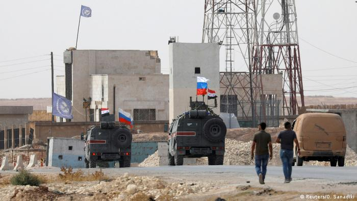 Russische und syrische Nationalflaggen auf Militärfahrzeugen in der Nähe von Manbij Russische und syrische Nationalflaggen auf Militärfahrzeugen in der Nähe von Manbij (Reuters/O. Sanadiki)