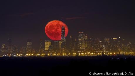 Mond über New York BdT (picture-alliance/dpa/J. D. Ake)