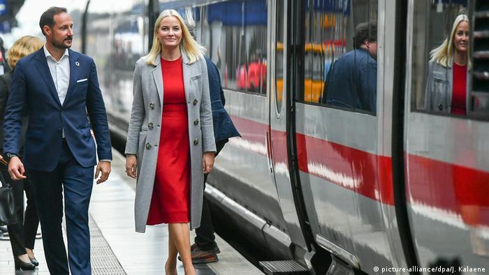 Метте-Марит и Хокон прибыли во Франкфурт на специальном литературном поезде
