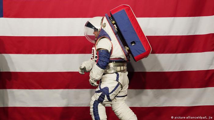 Engenheira da Nasa apresenta traje espacial
