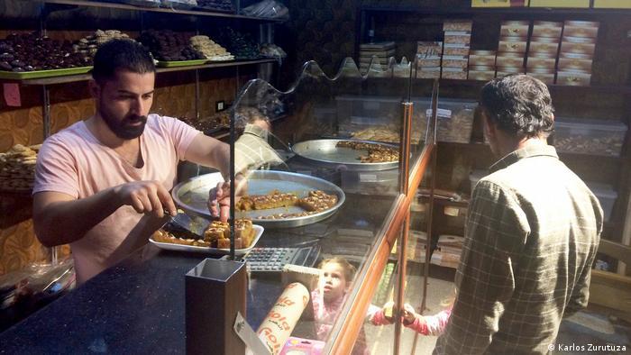 Bäckerei in Derik - ein Kunde kauft Baklava