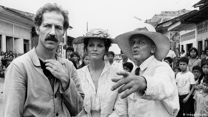 Werner Herzog (esq.) durante as filmagens de Fitzcarraldo ao lado dos atores Claudia Cardinale e Klaus Kinski