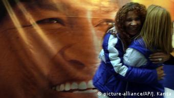 Seguidoras de Morales celebran su triunfo en las presidenciales de diciembre de 2005.