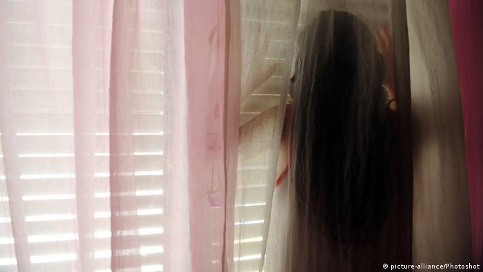 Symbolbild Junges Mädchen als Opfer von häuslicher Gewalt (picture-alliance/Photoshot)