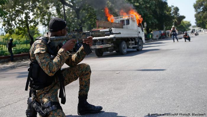 Haiti Ausschreitungen Unruhen Präsidentengarde (picture-alliance/AP Photo/R. Blackwell)