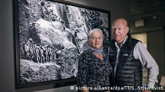 Ο φωτογράφος με τη γυναίκα του σε έκθεσή του με θέμα τις συνθήκες εργασία στο χρυσωρυχείο Σέρα Πελάδα