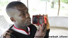 epa04839611 Smith Korvah, an ebola survivor listening to a radio at his office in Brewerville, outside Monrovia, Liberia, 09 July 2015. Liberia reported its first case of Ebola, after WHO declared the country free of Ebola on 09 May 2015. EPA/AHMED JALLANZO +++(c) dpa - Bildfunk+++ |
