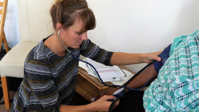 Babica Maike Jansen pregleda trudnicu bez dokumenata