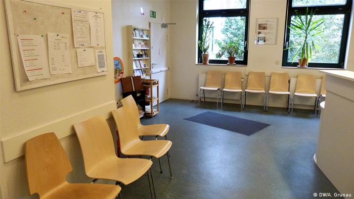 The waiting room of the Andocken clinic in Hamburg shows empty chairs (DW/A. Grunau)