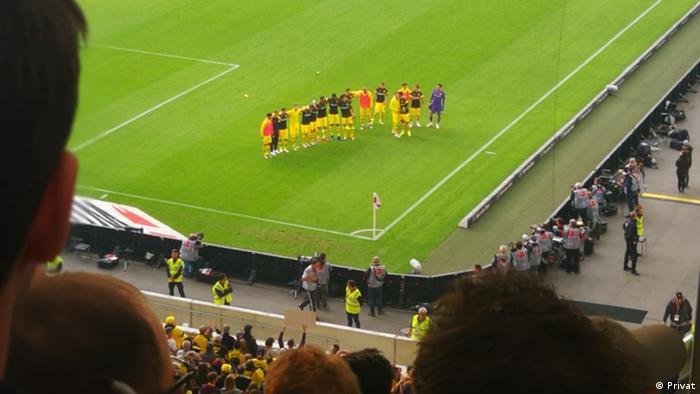 Igrači Borussije iz Dortmunda pozdravljaju svoje navijače