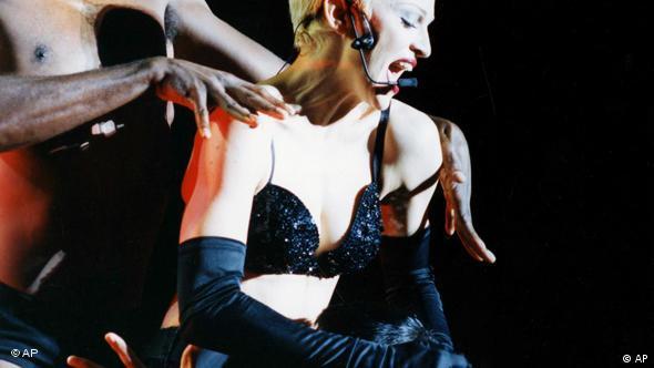 Madonna während eines Konzerts im Londoner Wembley-Stadion (Foto: AP/Gill Allen)