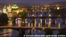 Tschechien Tourismus in Prag bei Nacht (picture-alliance/imagebroker/J. Richter)