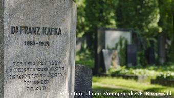 Franz Kafka's gravestone in the New Jewish Cemetery (picture-alliance/imagebroker/F. Bienewald)