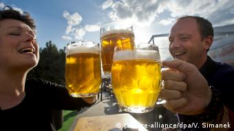 Tourists at the Bierfestival in Prague (picture-alliance/dpa/V. Simanek)