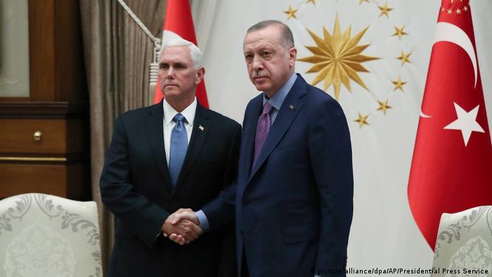 Militärischer Konflikt in Nordsyrien | Türkischer Präsident Recep Tayyip Erdogan mit US-Vizepräsident Mike Pence (picture-alliance/dpa/AP/Presidential Press Service)