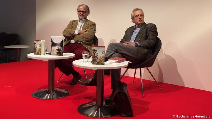 El escritor chileno Carlos Franz (izq.) y el traductor alemán Lutz Kliche.