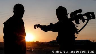 Μέλη της κουρδικής πολιτοφυλακής YPG φρουρούν την πόλη Αλ Αμπιάντ
