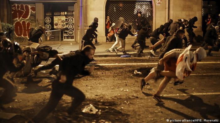 Protesters running on a street in Barcelona (picture-alliance/AP/E. Morenatti)