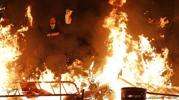 A burning barricade in Barcelona (picture-alliance/AP/E. Morenatti)