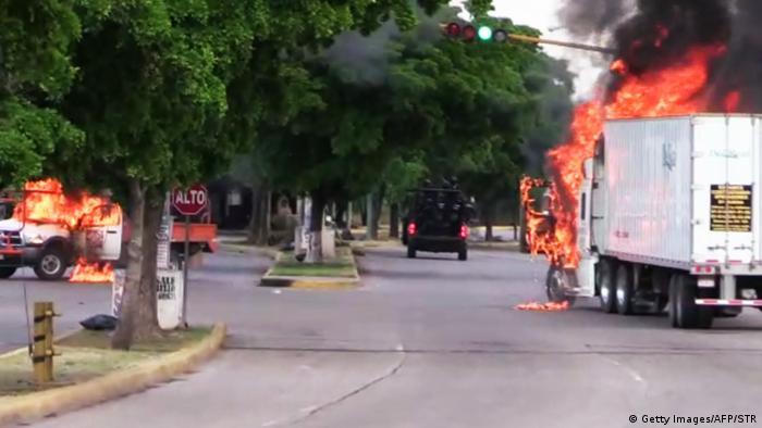 После задержания Овидио Гусмана бандиты стреляли в силовиков и поджигали автомобили
