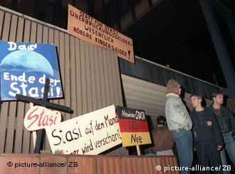 Fast 40 Jahre herrschte die Stase, dann forderten die Bürger Stasi auf den Mond - keiner wird verschont und Nie wieder Stasi SED nee - Plakate von Demonstranten am 15.01.1990 (Foto: dpa)