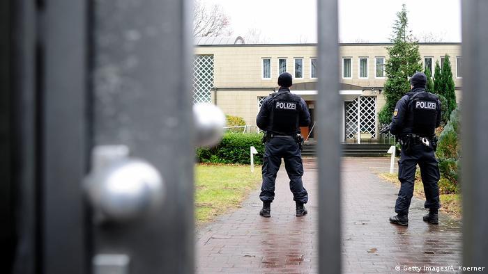 Symbolbild - Antisemitismus - Polizei vor Synagoge (Getty Images/A. Koerner)