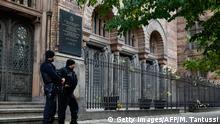 Symbolbild - Antisemitismus - Polizei vor Synagoge