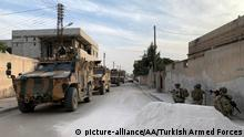 October 17, 2019 RAS AL-AYN, SYRIA - OCTOBER 17: (----EDITORIAL USE ONLY 'Äì MANDATORY CREDIT - TURKISH ARMED FORCES / HANDOUT - NO MARKETING NO ADVERTISING CAMPAIGNS - DISTRIBUTED AS A SERVICE TO CLIENTS----) Members of Turkish Armed Forces (TSK) continue operations against the PKK, listed as a terrorist organization by Turkey, the U.S. and the EU, and the Syrian Kurdish YPG militia, which Turkey regards as a terror group, within Turkey's Operation Peace Spring in Ras Al Ayn, Syria on October 17, 2019. TURKISH ARMED FORCES / HANDOUT / Anadolu Agency | Keine Weitergabe an Wiederverkäufer.