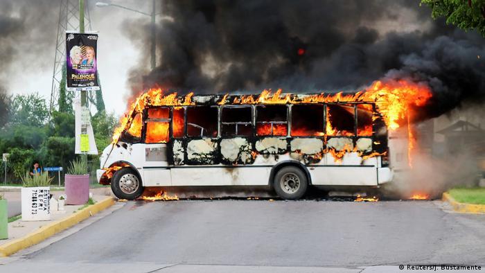 Ein brennender Bus als Barrikade zur Abwehr der mexikanischen Sicherheitskräfte (Foto: Reuters/J. Bustamente)