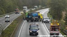 Die Autobahn 57 ist in Fahrtrichtung Köln zwischen Neuss-West und dem Kreuz Köln-Nord den ganzen Tag gesperrt. Offenbar war aus einem Lkw Seifenlauge ausgelaufen. Die Fahrbahn muss aufwändig gereinigt werden. Im Bild sind die Arbeiten in Höhe der Abfahrt Dormagen zu sehen, | Verwendung weltweit