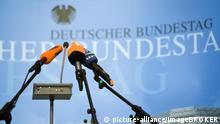 Mikrophone der öffentlich-rechtlichen Fernsehsender vor einer Pressekonferenz im Deutschen Bundestag, Berlin, Deutschland, Europa