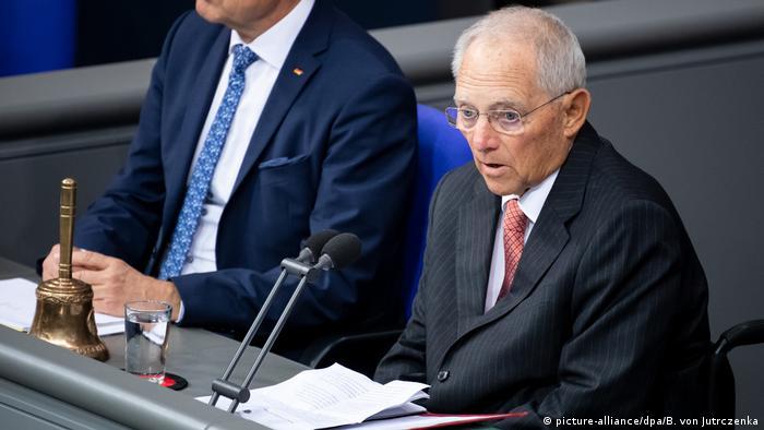نشستها و جلسات رایگیری در پارلمان آلمان توسط رئیس پارلمان یا یکی از معاونان او هدایت میشود. دستگاهی متشکل از کارشناسان و مدیران در اختیار رئیس پارلمان است تا به او در انجام وظایف سنگین یاری رساند. شورای سالخوردگان متشکل از مسنترین نمایندگان در این زمینه نقش مهمی بازی میکند. این شورا از رئیس پارلمان و معاونان او و ۲۳ نماینده با تجربه تشکیل شده است.