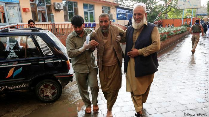 Afghanistan Jalalabad | Menschen helfen verwundeten nach Bombenanschlag an Moschee