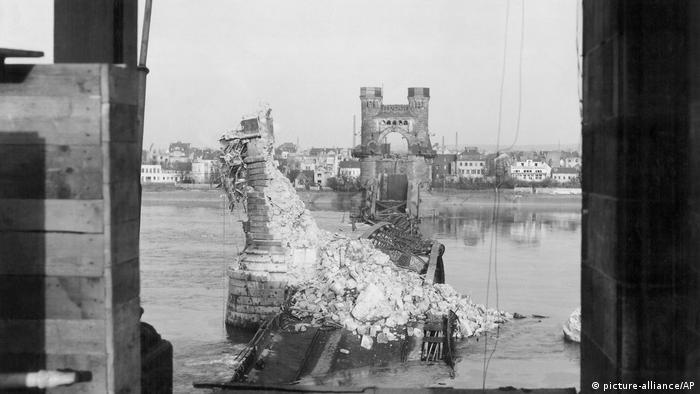 Un puente destruido por las bombas en Bonn, Alemania.