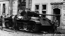 Deutschland Nachkriegszeit l zerstörtes Bonn - US Soldaten vor der Beethoven Halle