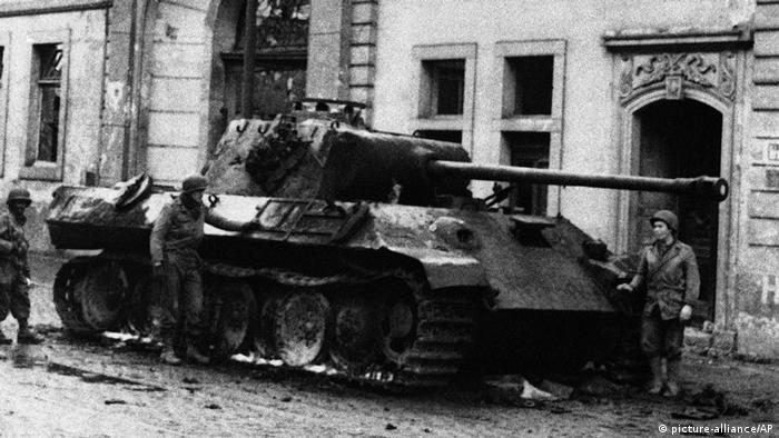 Soldados estadounidenses inspeccionan un tanque alemán en Bonn.