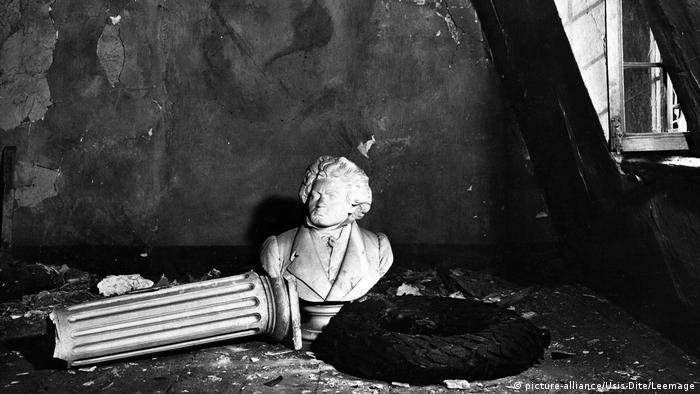 Daños en la casa de Beethoven tras un ataque aéreo.
